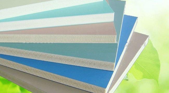 Dùng hạt PVC để sản xuất tấm nhựa
