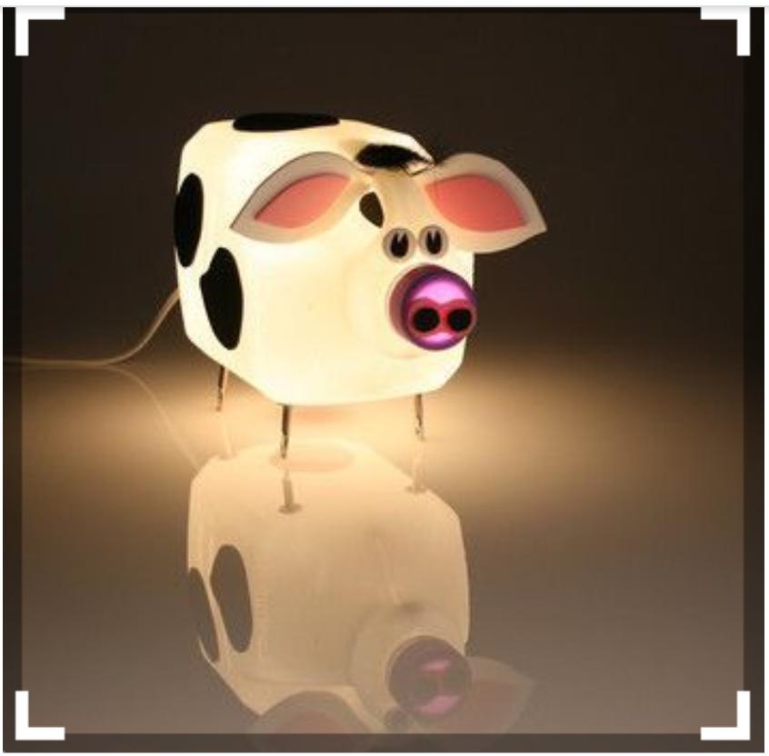 Một chiếc đèn ngủ dễ cưng từ đồ nhựa sẽ giúp phòng ngủ của bạn trở nên đẹp hơn.